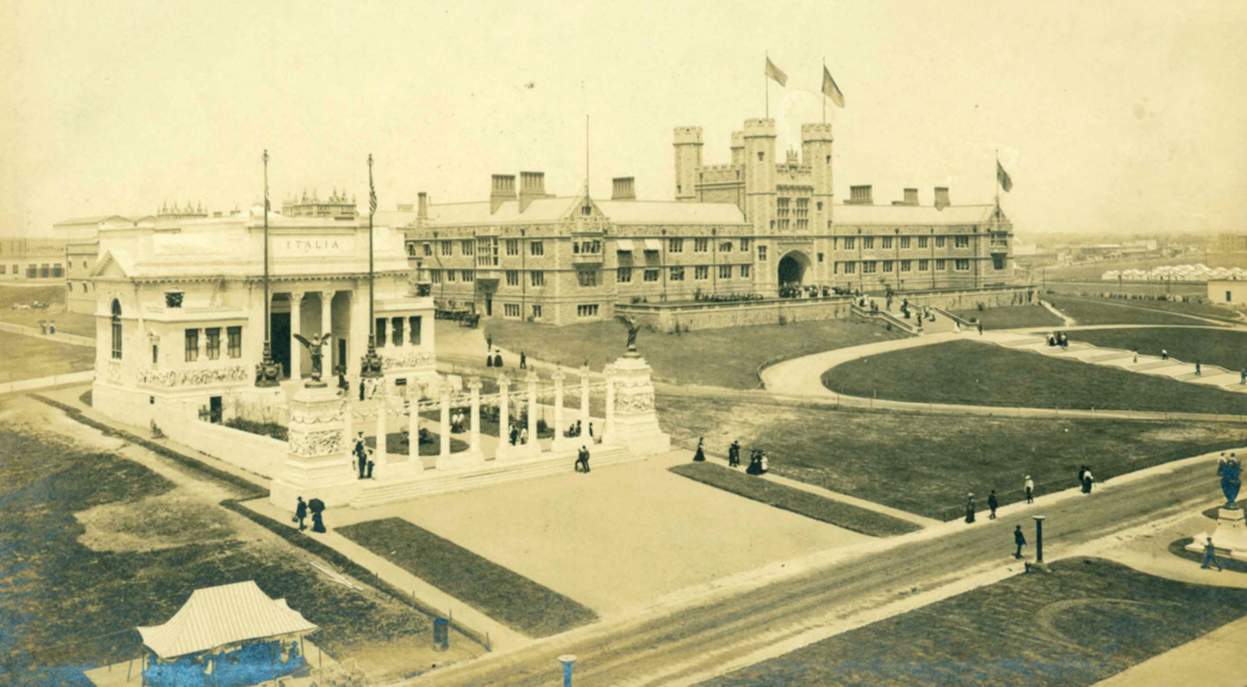 A photograph of Brookings Hall at the time of the 1904 World's Fair exhibition.